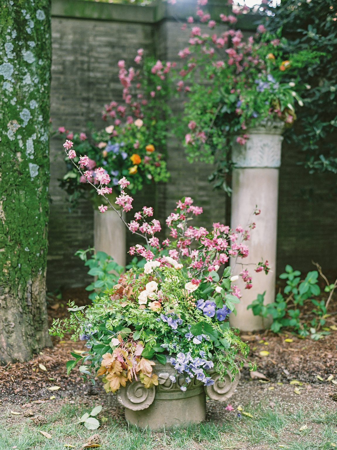 <h2>A classical backdrop for floral in our garden</h2>Photo by Vicki Grafton. Pamela Barefoot Events, planner.