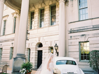 <h2>The bride arrives in style</h2>Photo by Abby Jiu. Lauryn Prattes, planner.